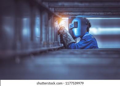 Industriearbeiter in der Schweißstahlstruktur