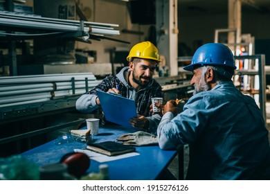 Industriearbeiter in der Mittagspause