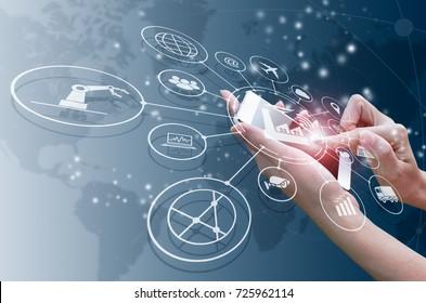 Concepto industrial 4.0, fábrica inteligente con control sobre Internet. Utilice el smartphone para comprobar el estado y el orden, con automatización de flujo de iconos e intercambio de datos en tecnologías de fabricación.