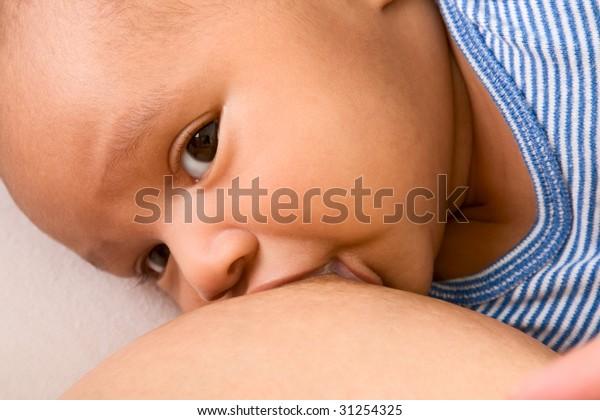 Infante di etnia mista (ispanica e afro-americana) è allattato al seno