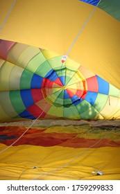 préparation à l'inflation d'un ballon à air chaud au sol, vu à l'intérieur