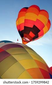 préparation de l'inflation au sol d'un ballon à air chaud multicolore