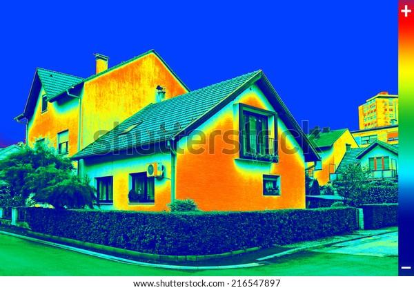 Imagen infrarroja de termovisión que muestra falta de aislamiento térmico en la Casa