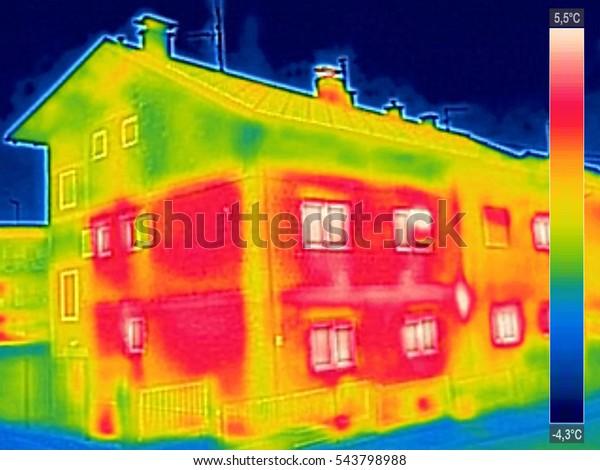 Infrarot-Thermovision-Bild mit fehlender Wärmedämmung im Haus mit oder ohne Fassade
