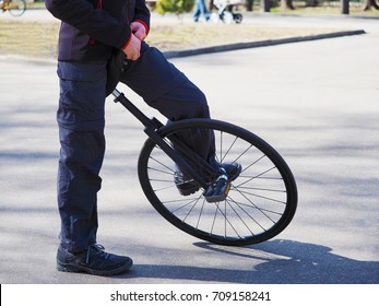 the initial position of the feet when landing on the unicycle