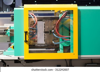 Injection molding machine used for the forming of plastic parts