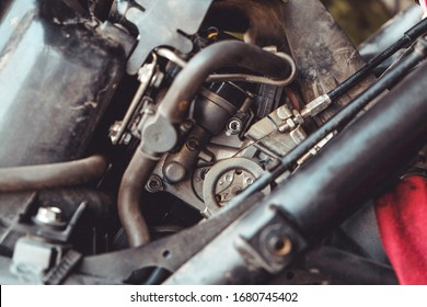 Injectors on vertical motorcycle engine engines