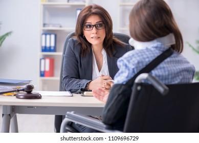 Un employé blessé qui visite un avocat pour obtenir des conseils sur l'assurance