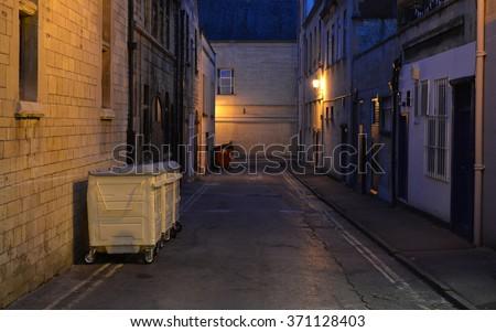 inner city dark alleyway background の写真素材 今すぐ編集