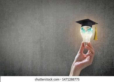 Innovatives Lernen, kreatives Lernkonzept für den Abschluss und den Erfolg von Schülerinnen und Schülern mit der Welt-Glühbirne auf der Lehrertafel