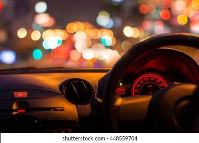 camión interior con bokeh luces del atasco en la noche para fondo.