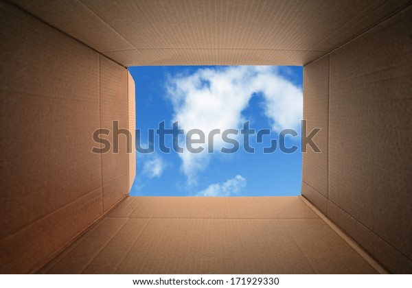 Dentro de um conceito de caixa de papelão para mudança de casa, criatividade ou pensamento fora da caixa
