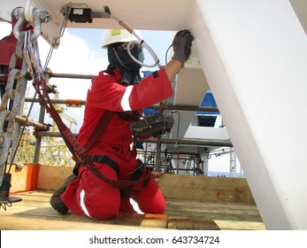 Inspector using Eddy current technique to detect crack at structure