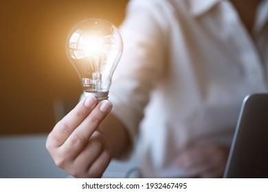 Inspiration. Hand halten Glühbirne für eine gute Idee. Brainstorming kreative Idee.