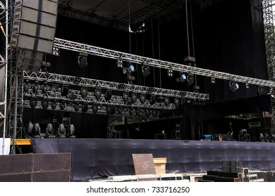 Installation of the concert area. Giant stage, perfect details, Big speakers. Istanbul.