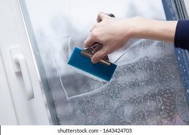 Installation von Fensterfilmen im Büro. Schutz vor UV-Strahlung.