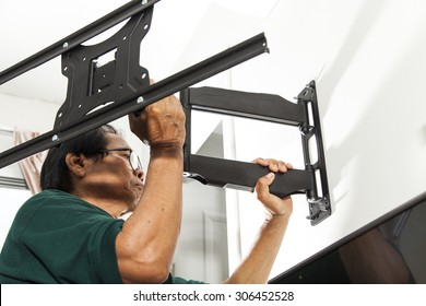 Installing mount TV on the wall at home