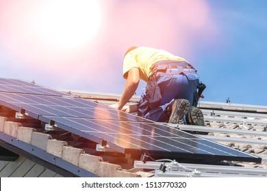 Installation von Solarzellenanlagen. Solarpaneeltechniker installieren Solarpaneele auf dem Dach. Alternatives ökologisches Energiekonzept.