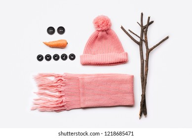 Instructions for the design of a snowman. Hat, scarf, carrot, buttons and tree branches - set for winter fun