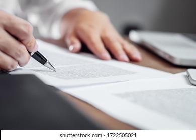 Versicherungsmakler prüfen die im Amt befindlichen Versicherungsdokumente.