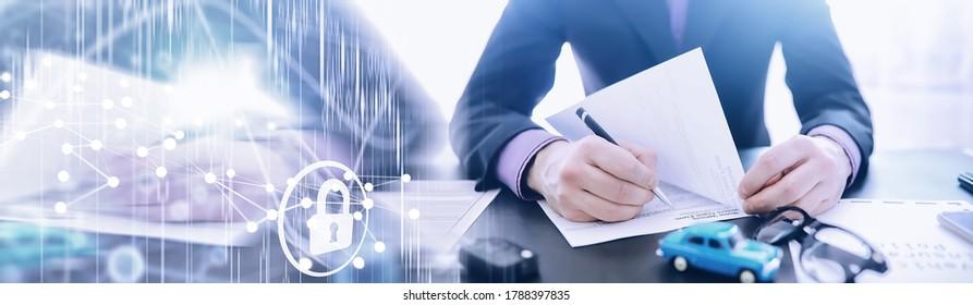 Der Versicherungsvertreter unterzeichnet ein Dokument. Kfz-Versicherung. Auto-Versicherung. Formular für die Registrierung des Vertrags.