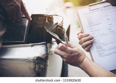 Versicherungsvertreter, der vor Ort bei Kfz-Unfallansprüchen arbeitet - Konzept für Personen- und Kfz-Versicherungsansprüche