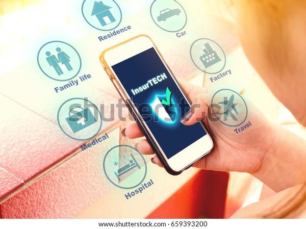 Versicherungstechnologie (Insurtech) Konzept, Frauen suchen Daten auf Smartphone.