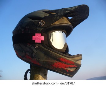 integral helmet to the bike and bicycle with mirrored sunglasses