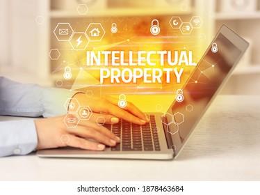 INTELLECTUELLE EIGENSCHAFTEN auf Laptop, Internet-Sicherheit und Datenschutz-Konzept, Blockchain und Cybersicherheit