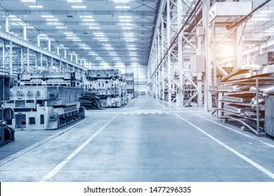 Die Innenausstattung eines großen Industriegebäudes oder einer Fabrik mit Stahlkonstruktionen