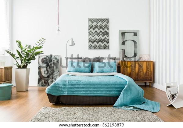 L'intérieur de la chambre confortable au design moderne