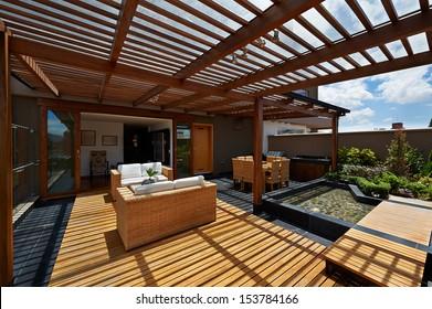 Innenausstattung: Schöne Terrassenlounge mit Pergola