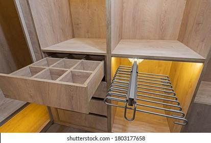 Möbel im Innendesign, luxuriöse Show-Home-Schlafzimmer mit Holzschrank-Möbeln