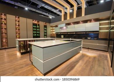 Innendekoration mit großer moderner Küche mit Insel und Schränken in Luxusappartements-Showroom