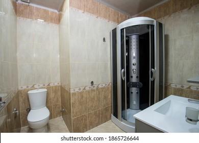 Inneneinrichtung eines Luxusschauhauses mit Duschkabine und Waschbecken