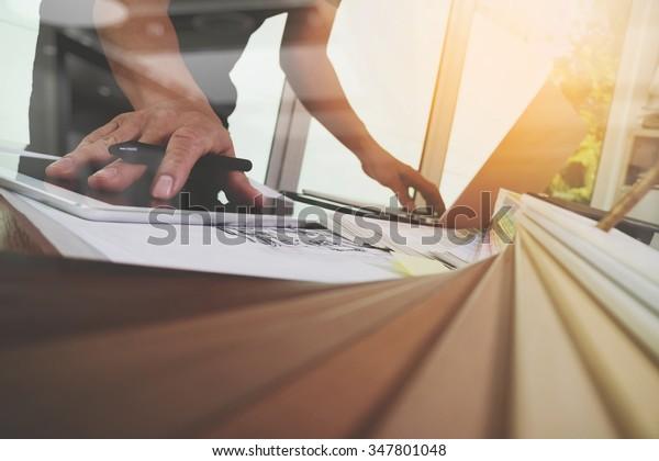 Design-Handarbeit mit neuem modernen Computer-Laptop und Pro-Digital-Tablet mit Materialproben auf Holzschreibtisch als Konzept