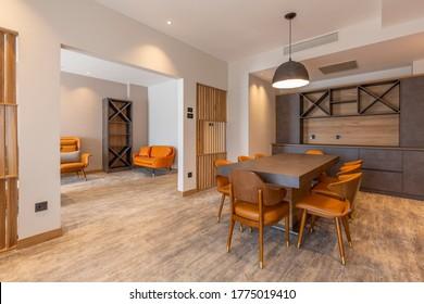 Interior de un comedor en un moderno apartamento de hotel