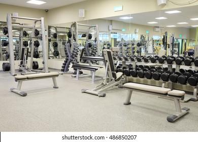 Interior de un gimnasio con aparatos de musculación y otros equipamientos deportivos
