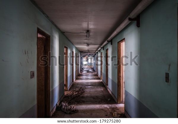 Das Innere des Gonjiam Psychiatric Hospital in Südkorea. Das Gebäude wurde vor fast zwanzig Jahren verlassen, aber nie abgerissen.