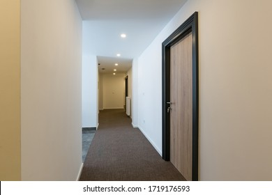 Interior del pasillo de la puerta del hotel