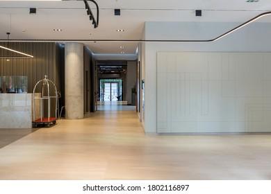 Interior de un vestíbulo de hotel con mostradores de recepción