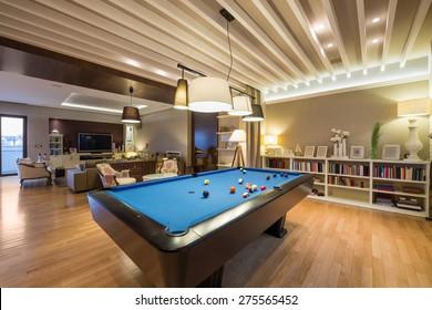 Inneneinrichtung eines luxuriösen Wohnzimmers mit Billardtisch