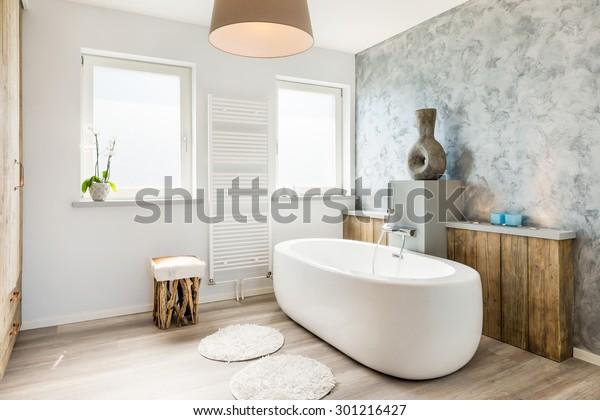 Inneneinrichtung eines modernen Badezimmers mit separater Badewanne