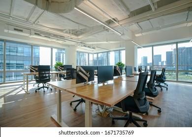 Inneneinrichtung des modernen leeren Bürogebäudes. Offene Deckengestaltung.