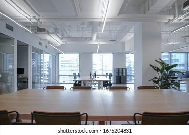 現代の空のオフィスビルの内部。オープンシーリングデザイン。