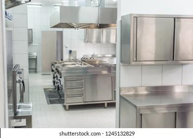 Inneneinrichtung der neuen professionellen Küche