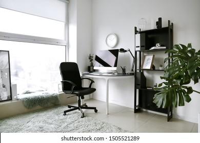 Inneneinrichtung des Zimmers mit bequemem Design-Arbeitsplatz