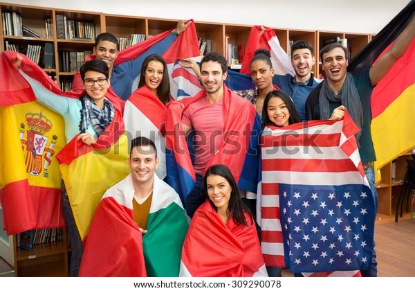 Internationale multi-etnische uitwisseling van studenten, gelukkige studenten presenteren hun land met vlaggen