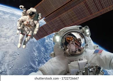 Estación Espacial Internacional y astronauta en el espacio ultraterrestre sobre el planeta Tierra. Elementos de esta imagen amueblada por la NASA.