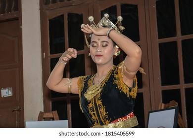 Introducing traditional Javanese dance in public. : YOGYAKARTA, INDONESIA - AUGUST 22, 2020